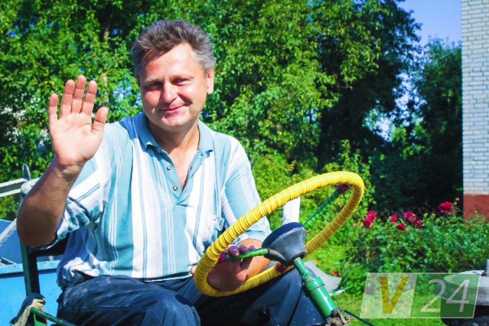 Петро Павлович Матвійчук. Учитель праці зі школи-інтернату, який має золоті руки, кажуть у селі. Частину начиння для нової церкви зробив сам і подарував храму