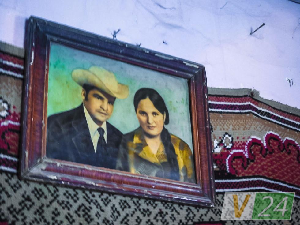 А у хаті на стінах - і килими, і старі фотографії...