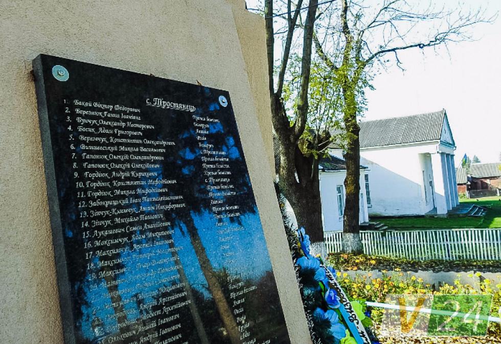 Донедавна аварійний пам'ятник загиблим односельчанам тепер - не впізнати.