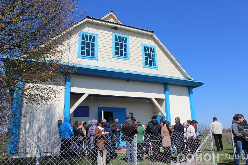 Журналісти оглядають молитовний будинок під час прес-туру