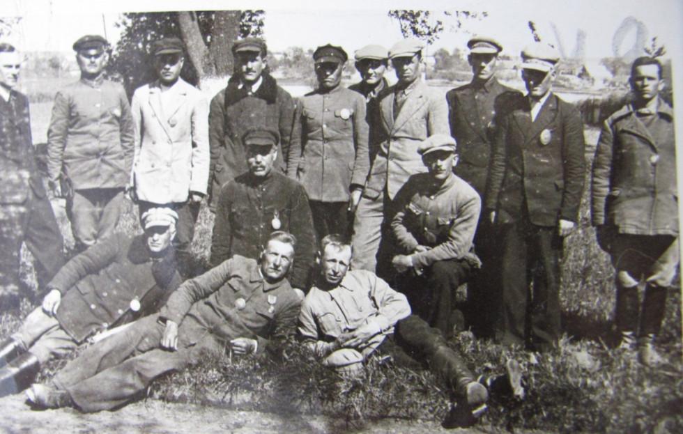 Солтоси Оликського району. Стоїть, другий ліворуч Лавренчук  Петро, 1938 рік
