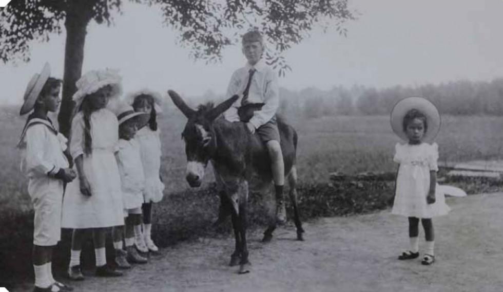 Діти Радзивіллів Едмундт, Христина і Фердинанд. На ослику Ігнаци Потоцький, 1930-ті роки.