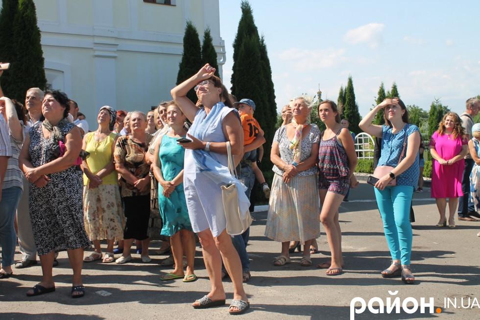 Жидичани слухають, як Петро Олексійович дзвонить в дзвони