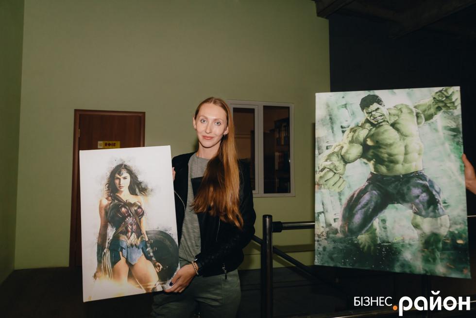 Керівниця відділу продажів сувенірної продукції Олена Рублюк з картинами на полотні