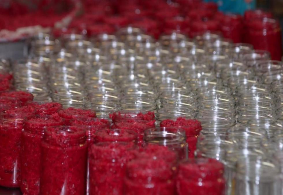 Готовий продукт розфасовують у стерильно чисті банки