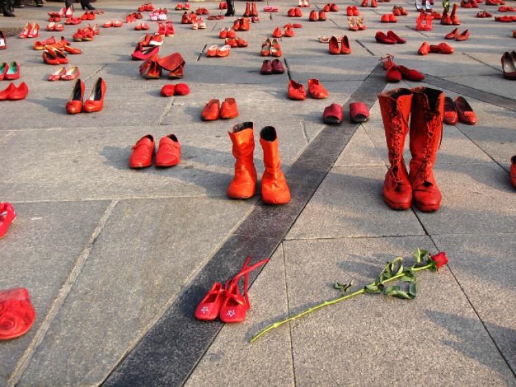 Взуття на площах міст – символ жінок, які постраждали внаслідок домашнього насилля.